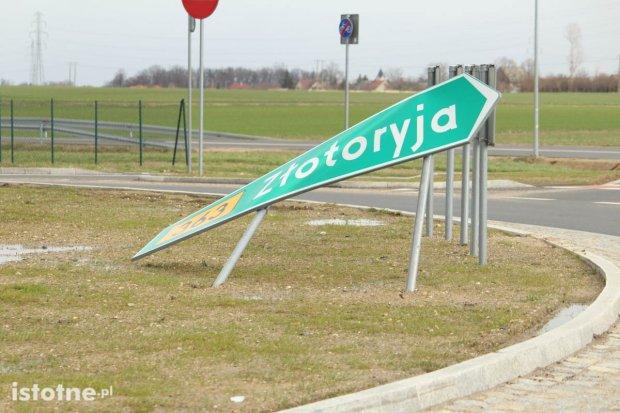 Wichura powyginała znaki na rondzie między Bolesławcem a Łaziskami