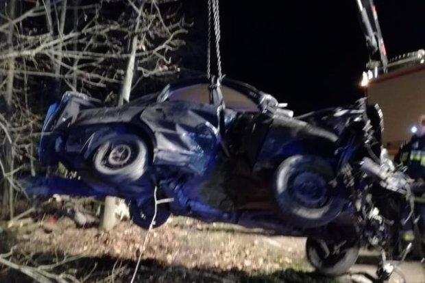 Samochód zmasakrowany po zderzeniu z drzewem. Wichura nad powiatem