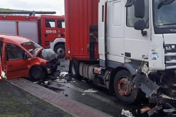 Zderzenie dafa z volkswagenem. Dwie osoby z osobówki nie żyją