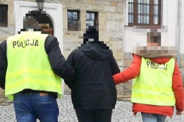 """Oszukali """"na policjanta"""". Ukradli kobiecie ponad pół bańki!"""