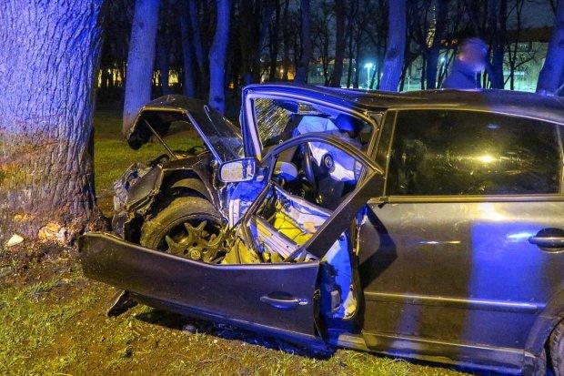Wypadek na Garncarskiej, wpadł autem do parku. Dwoje nastolatków rannych