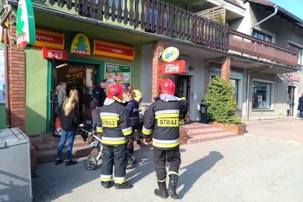 Właściciel sklepu i strażacy uratowali mężczyźnie życie