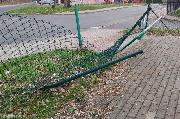 Zmasakrowane ogrodzenie starego skateparku