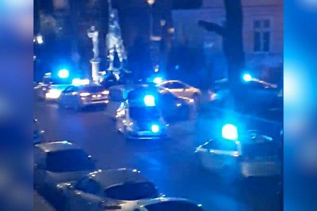 Poważna zadyma pod Piwnicą Paryską / A brawl ensues with US army men outside of Piwnica Paryska bar