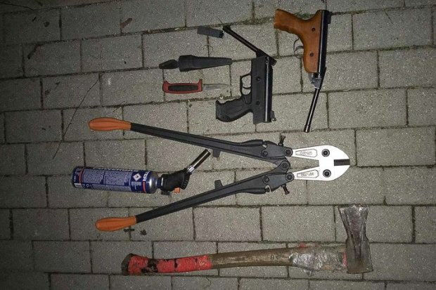 Przestępcy z naszego powiatu zatrzymani w Gryfowie. W busie broń, siekiera, noże i kominiarki