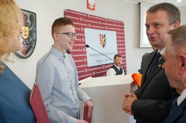 Kamil Raczyński, spec od reklamy, uhonorowany przez Powiat