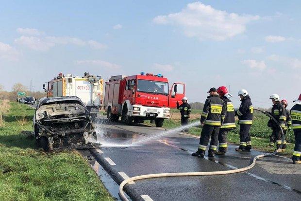 Pożar auta na drodze Nowogrodziec – Gierałtów
