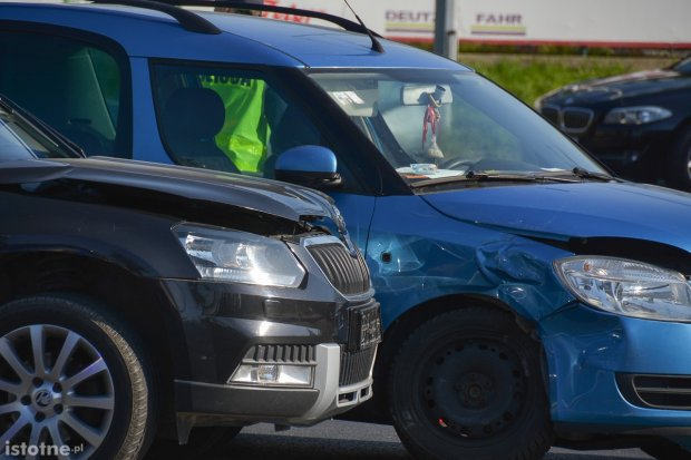 Dwie skody zderzyły się koło wiaduktu, 36-latek przewieziony do szpitala