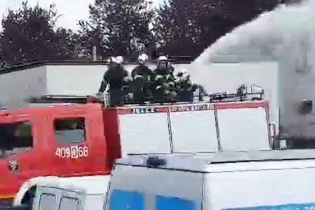 W Lany Poniedziałek strażacy z Warty polewali ludzi z wozu