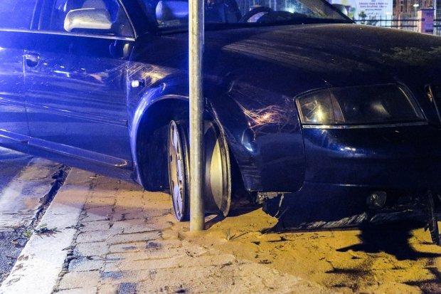 Skosił trzy znaki, porzucił auto i uciekł