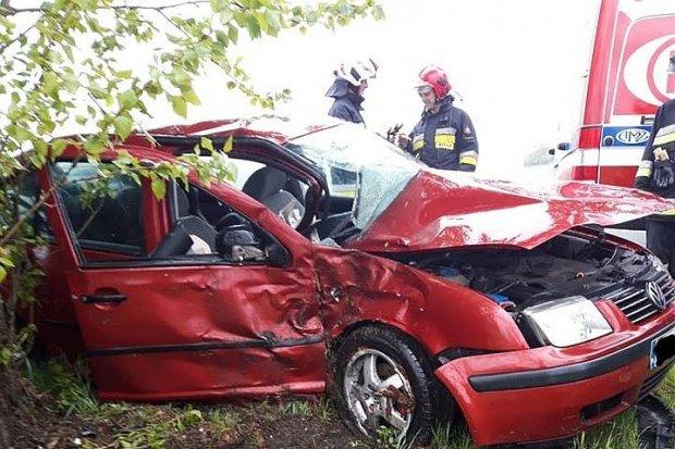 Volkswagen wjechał w drzewo, kierująca ranna