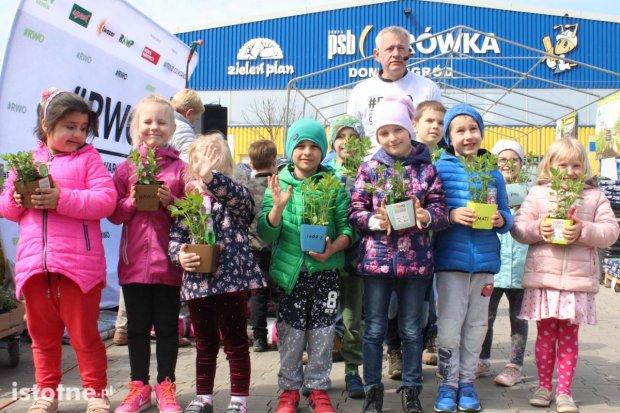 Dzieci z Przedszkola nr 7 na warsztatach ogrodniczych w PSB Mrówka