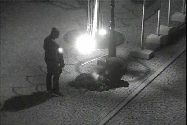 Chuligani w kominiarkach podpalili unijne flagi w Rynku