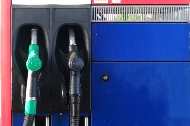 Ceny paliw w Bolesławcu w majowy weekend: ropa w dół, benzyna w górę
