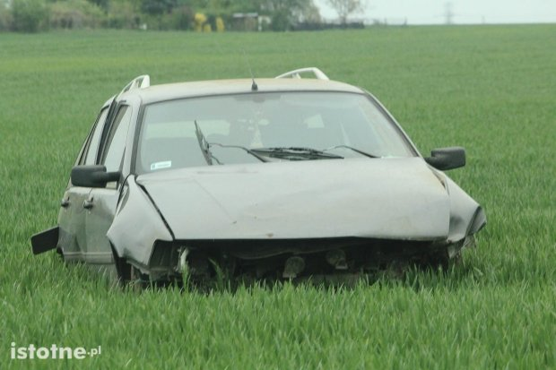 Uszkodzone auto na polu między Bolesławcem a Łaziskami