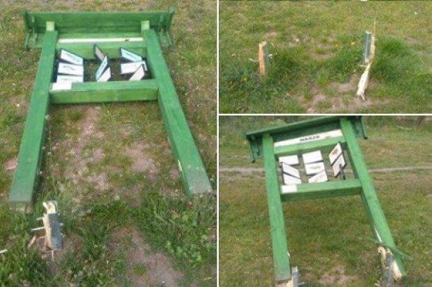 Zniszczone tablice informacyjne przy ścieżce bobrowej