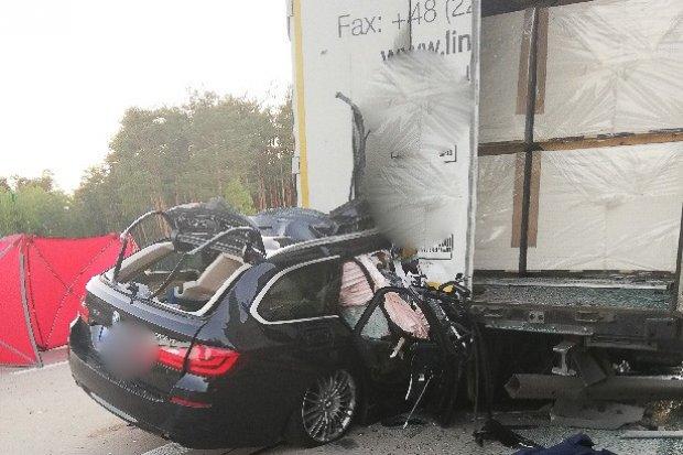 Śmiertelny wypadek na A18. 46-letni kierowca bmw wjechał w ciężarówkę