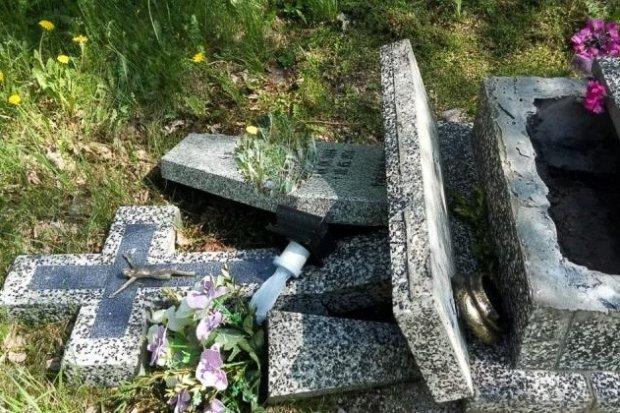 Pijani wandale sprofanowali groby. Duet zatrzymany