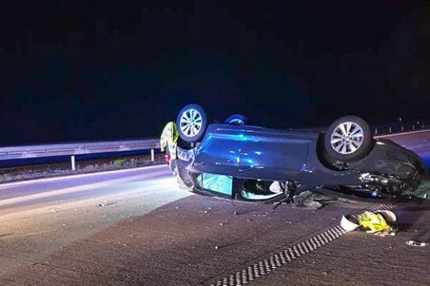 Auto dachowało na A4. Jedna osoba ranna