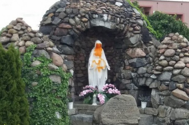 Pijani nastolatkowie zniszczyli figurę Matki Boskiej, podpalili kontener na śmieci
