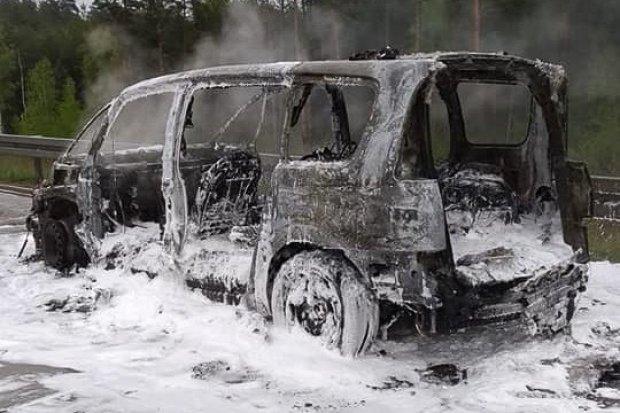 Renault doszczętnie spłonął na autostradzie