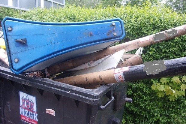 Jego kubły były przepełnione, więc… podrzucił śmieci na cmentarz