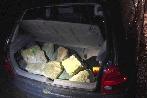 Chcieli ukraść koła i w zamian zostawić… kamienie. Wpadli z narkotykami