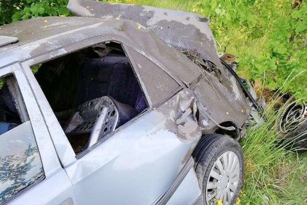 Policjant pomógł kierowcy, który wypadł z drogi. Ten drugi był kompletnie pijany
