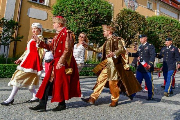 200 osób zatańczyło poloneza na bolesławieckim rynku