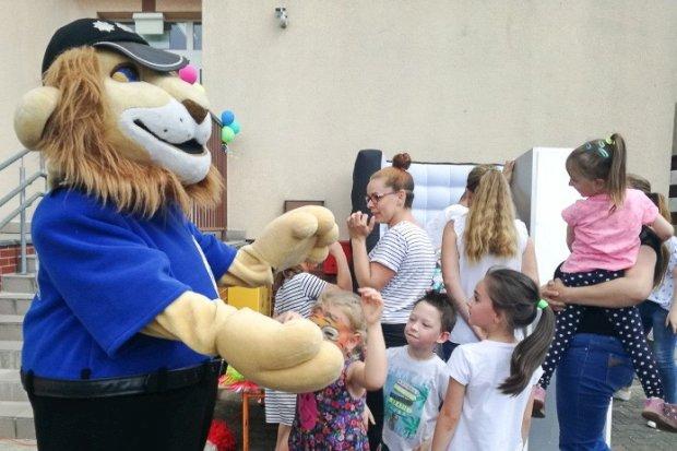 Komisarz Lew na festynach z okazji Dnia Dziecka
