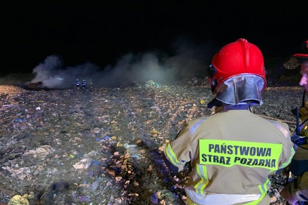 Potężny pożar wysypiska śmieci w Trzebieniu. Akcja dobiega końca