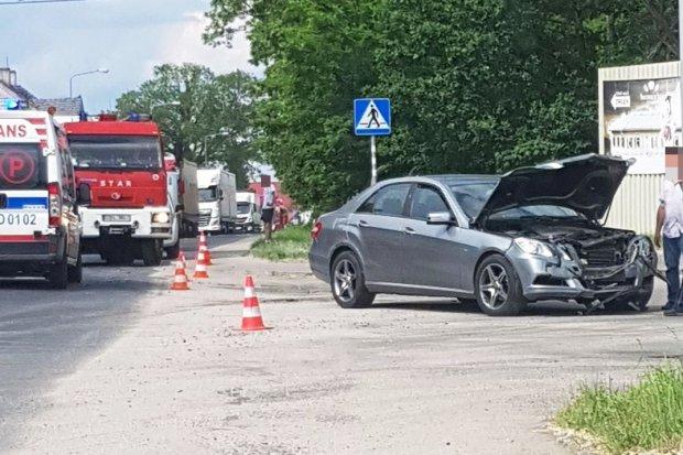 Czołowe zderzenie mercedesa i forda w Łące. Jedna osoba poszkodowana