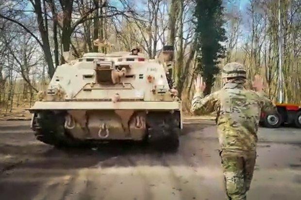 """Ciężki sprzęt US Army nadal rozjeżdża Trzebień. """"Dewastują drogi, mosty"""""""
