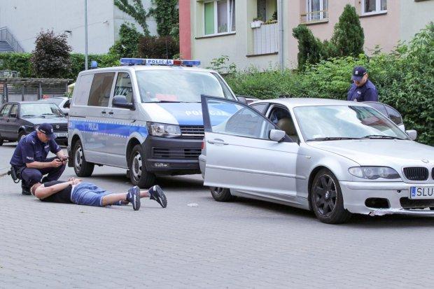 Policyjny pościg za srebrnym BMW, kobieta była naćpana i z zakazem