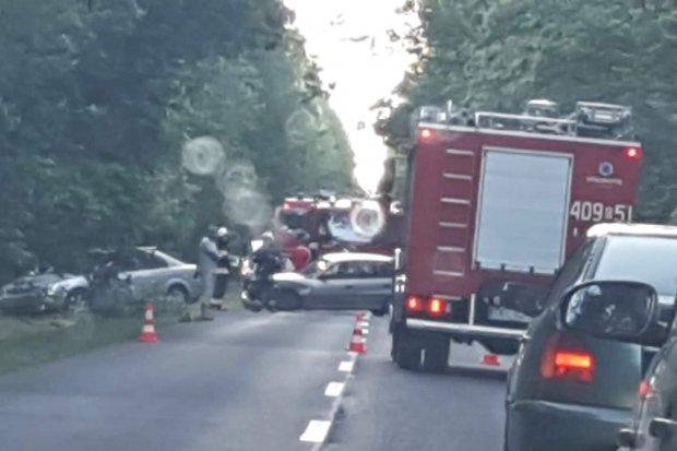 Kolizja dwóch aut między Parową a Osiecznicą, jedna osoba ranna