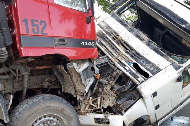 Czołowe zderzenie dwóch ciężarówek koło Raciborowic, obaj kierowcy ranni