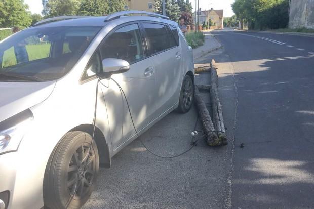 Raciborowice: Słup niemal spadł na jadący samochód