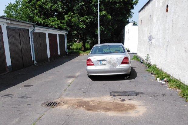 Mercedes już nie straszy przy garażach na Jezierskiego