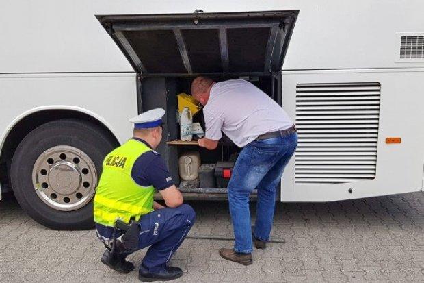 Policjanci kontrolują autobusy. Uniemożliwili dalszą jazdę ponad 120 pojazdów