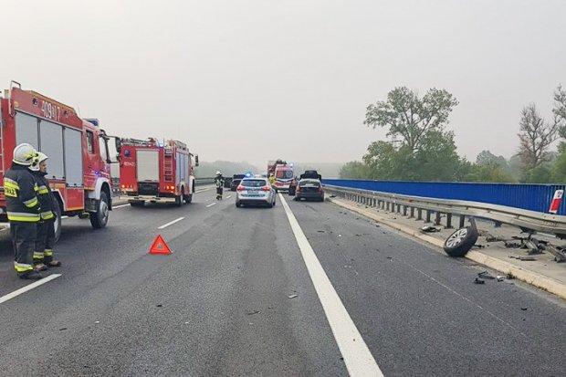 Dwa auta zderzyły się na A18. Dwie osoby ranne