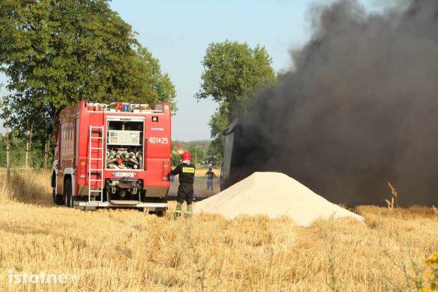 Łaziska: Pożar samochodu ciężarowego, słomy i ścierniska