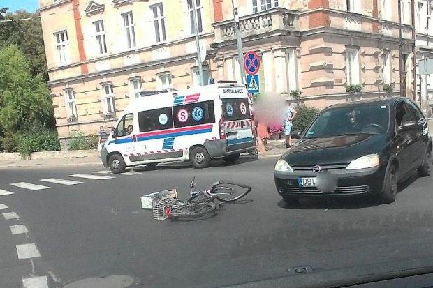 Potrącenie rowerzysty przy Komuny Paryskiej. 62-latek w szpitalu