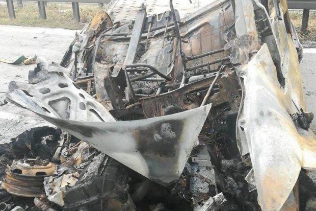 Auto stanęło w ogniu na A4. Kierowcy i policjanci uratowali życie mężczyźnie