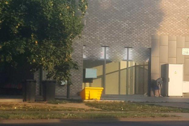 Bezdomni wypróżniają się przed budynkiem dworca PKS