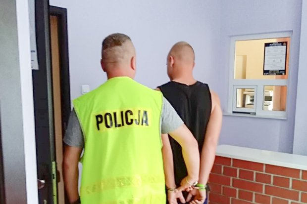 Zniszczył 8 znaków drogowych w Nowogrodźcu. 20-letni wandal zatrzymany