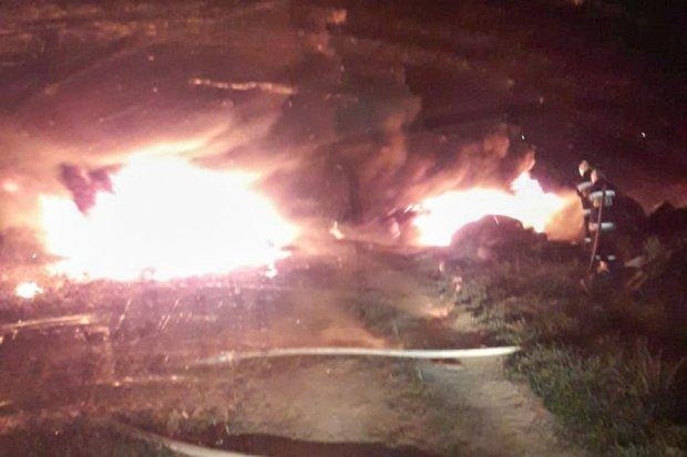Nocna akcja straży. Pożar opon na polu