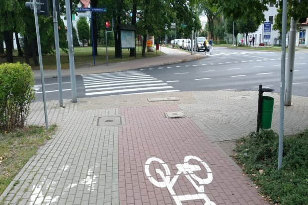 Czytelnik: dotkliwy brak śluzy rowerowej przy krzyżówce Tysiąclecia–Chrobrego