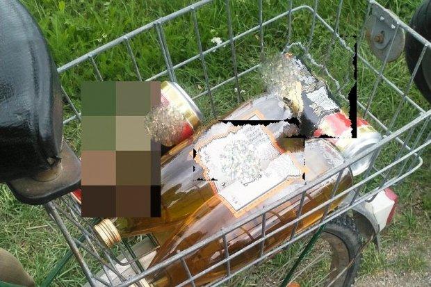 Pijany rowerzysta w rękach policji. W bagażniku wiózł… dwie nalewki i dwa piwa