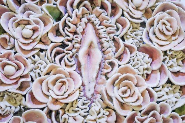 Kwiecista cipka w Ratuszu na wystawie prac artystów pleneru ceramiczno-rzeźbiarskiego
