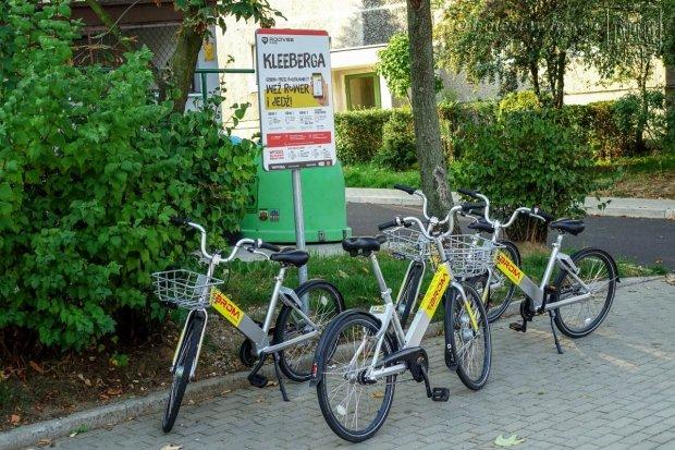 Zdemolowane rowery miejskie, skradzione części. Jeden z rowerów zaginął